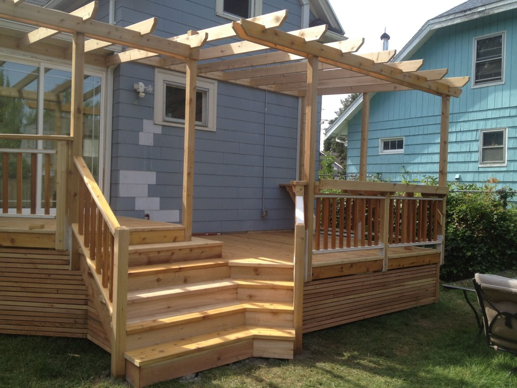 Inside corner steps cedar decking trellis with a built for Deck trellis